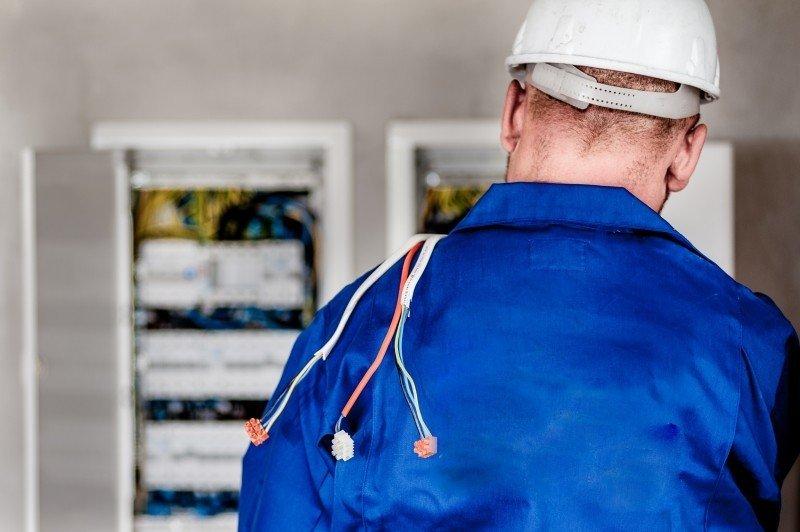 https://renovar.fr/wp-content/uploads/2019/12/electrician-electric-electricity-worker-building-3.jpg